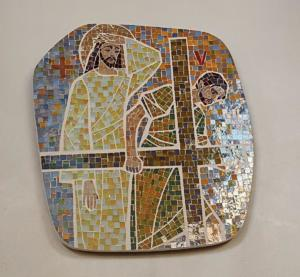 Station V: Simon från Kyrene hjälper Jesus bära korset